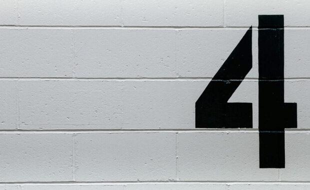 Wand mit der Zahl vier aufgemalt